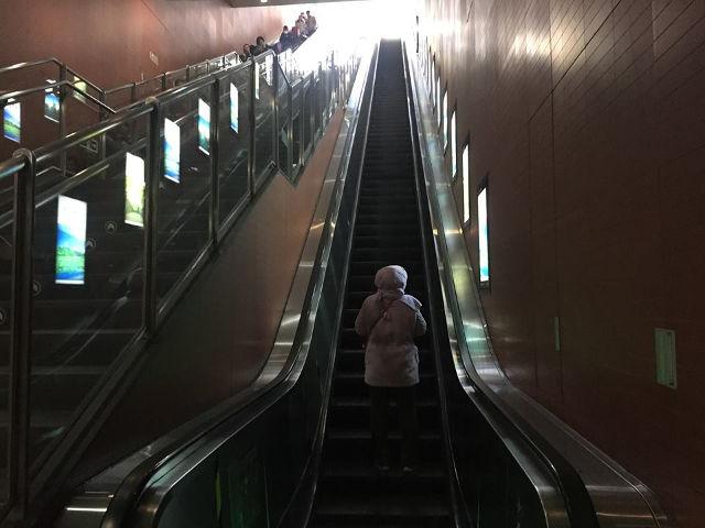 Hệ thống thang máy dẫn xuống ga tàu điện ngầm thưa thớt.