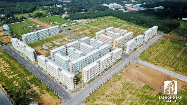 Khu nhà ở 100 triệu đồng dành cho người thu nhập thấp nằm cạnh rìa thành phố mới, giáp với một số khu công nghiệp lớn.