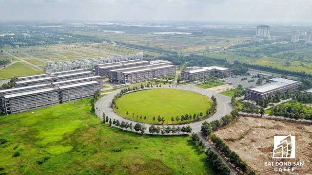 Khu đô thị đại học Miền Đông nằm ngay trung tâm thành phố mới, đối diện trung tâm hành chính tập trung tỉnh.
