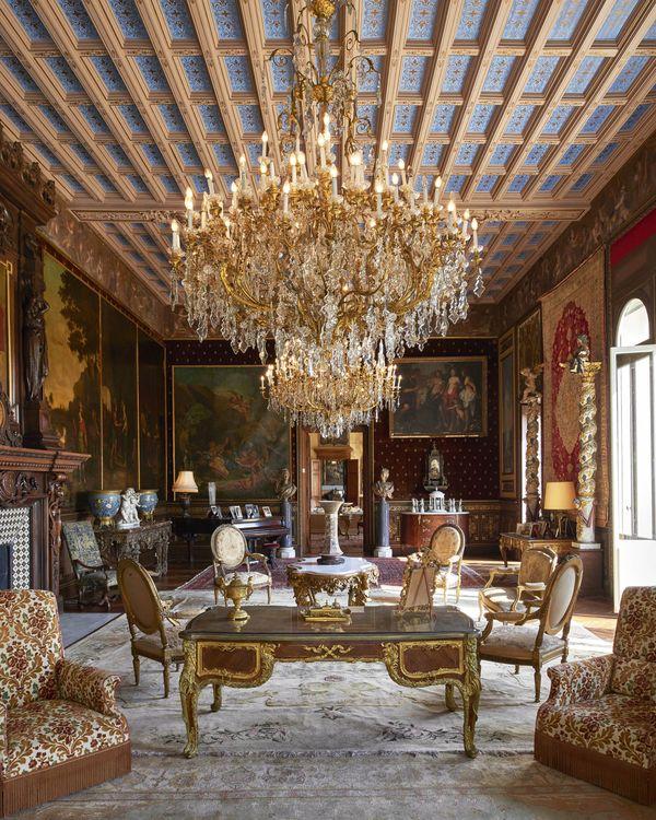 Les Cèdres là căn biệt thự 187 năm tuổi nằm trên khoảnh đất rộng 35 mẫu anh ở miền nam nước Pháp. Nó gồm 14 phòng ngủ với nội thất được làm vô cùng tinh xảo và độc đáo. Trong suốt gần 200 năm lịch sử, nơi đây là chỗ ở của những người giàu có bậc nhất trong xã hội. Các chủ sở hữu của nó cũng mang quốc tịch khác nhau dù nó nằm ở Pháp.