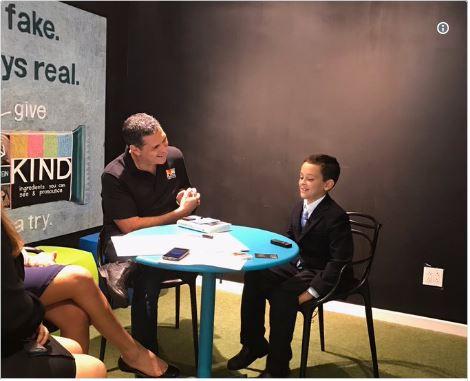 Tuy mới 9 tuổi nhưng Alex Munoz viết thư gửi giám đốc điều hành KIND không phải đơn giản là muốn gặp gỡ người đứng đầu hãng sản xuất bánh kẹo lớn hay để nhận được những món quà miễn phí mà cậu bé muốn đầu tư vào công ty này.