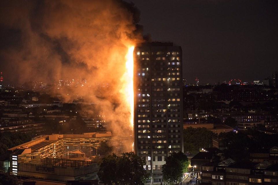 Một vụ hỏa hoạn nghiêm trọng khiến tòa chung cư 27 tầng nằm giữa lòng London, Vương quốc Anh chìm trong biển lửa bất chấp nỗ lực của 200 lính cứu hỏa cùng 40 xe chữa cháy. Ảnh: BBC