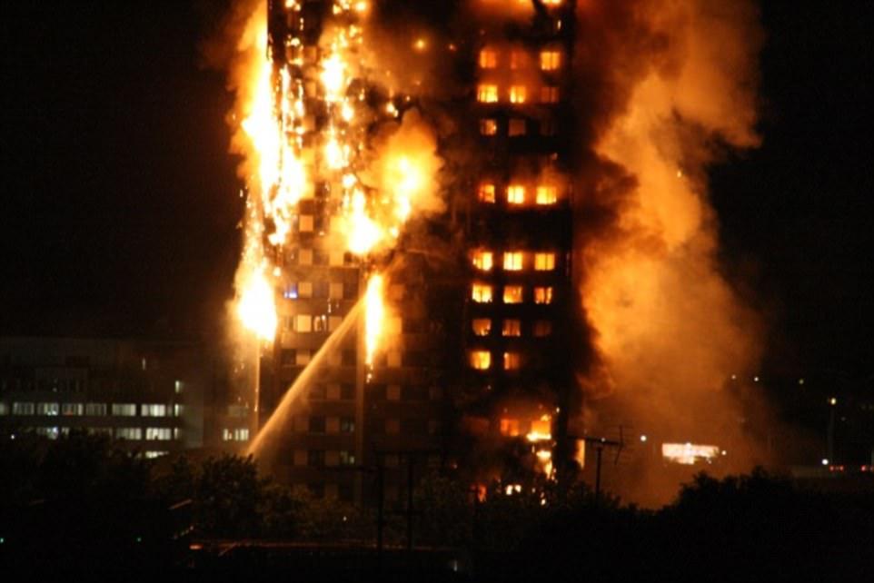 Ngọn lửa bùng phát từ tầng 2 và nhanh chóng lan khắp tòa nhà, nhấn chìm toàn bộ công trình trong biển lửa. Ảnh: Twitter