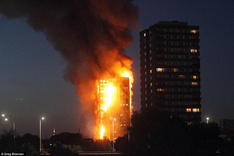 200 lính cứu hỏa cùng 40 xe chữa cháy đã được điều tới hiện trường nhằm khống chế ngọn lửa. Tuy nhiên, đám cháy vẫn ngoài tầm kiểm soát và nguy cơ sập nhà đã được tính tới. Ảnh: BBC