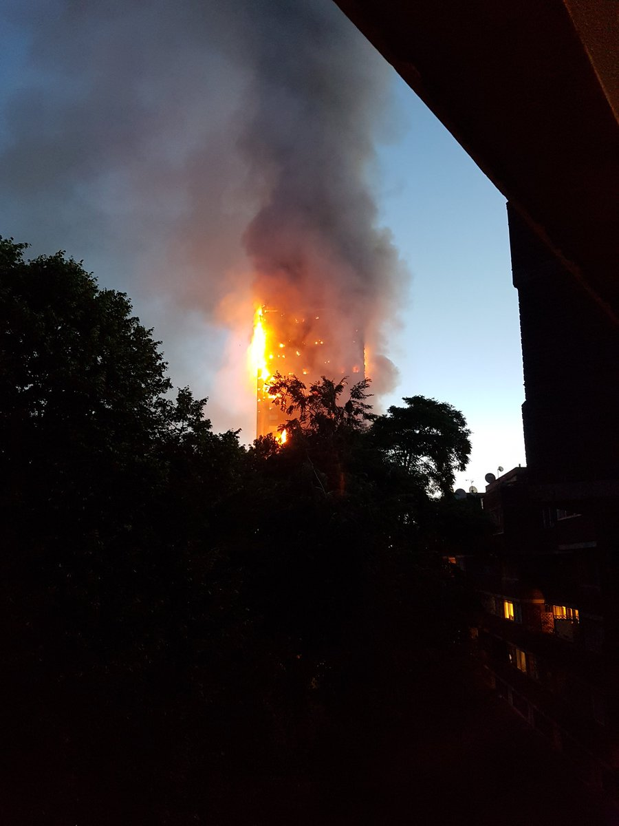 Vụ hỏa hoạn buộc cảnh sát phải tiến hành sơ tán người dân trong khu vực vì lo sợ tòa nhà sẽ sập. Ảnh: Guardian