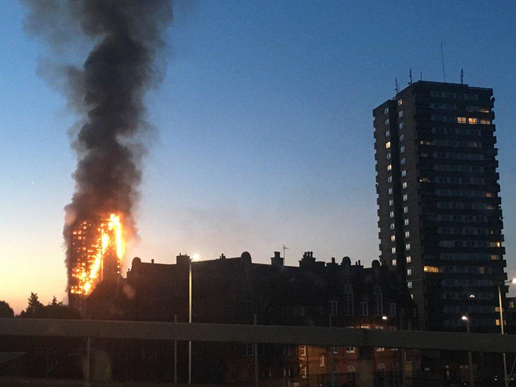 Sở cứu hỏa London nhận tin báo về vụ cháy lúc 1h16 phút sáng 14/6 theo giờ địa phương. Tuy nhiên, đến sáng, ngọn lửa vẫn chưa được không chế. Ảnh: RT