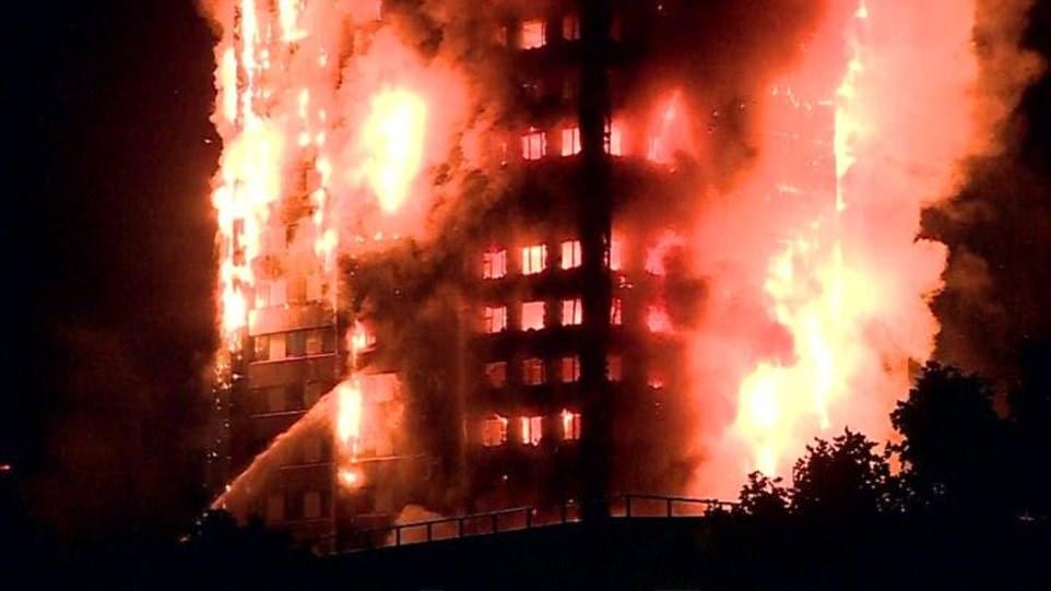 Cảnh sát London ghi nhận hai trường hợp bị thương vì hít phải khói từ vụ hỏa hoạn. Ảnh: RT