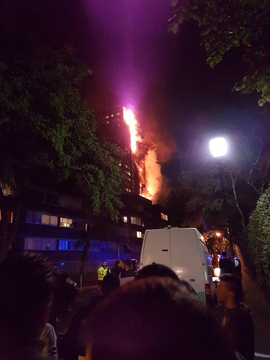Tuy nhiên, các nhân chứng cho rằng nhiều khả năng vẫn còn người mắc kẹt trong tòa nhà khi họ nhìn thấy ánh đèn từ mái công trình. Ngọn lửa quá dữ dội làm dấy lên quan ngại về số phận những người mắc kẹt nếu có. Ảnh: Guardian