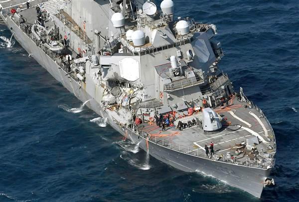Máy bơm được huy động để ngăn tàu USS Fitzgerald chìm sau khi nước tràn vào sau cú va chạm.