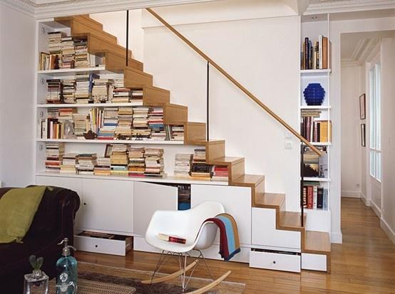 Gầm cầu thang tốt nhất nên để giá sách, tránh để các công trình nước.