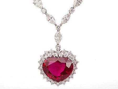 10. Vòng cổ hồng ngọc Heart of the Kingdom (14 triệu USD): Chiếc vòng cổ có một viên ruby Miến Điện nặng 40,63 carats đặt ở vị trí trung tâm và 155 carat kim cương đính xung quanh. Nó được chế tác bởi thương hiệu đồ trang sức cổ xưa nhất thế giới - The House of Garrard .
