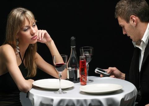Điện thoại khiến con người kém giao tiếp với nhau.