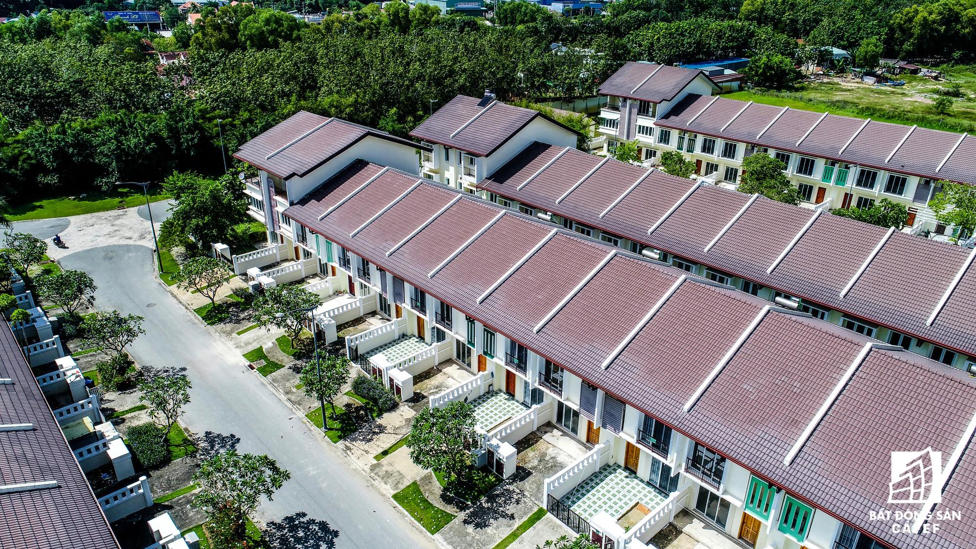 Dãy biệt thự khang trang tại Ecolakes được đưa vào sử dụng hơn 5 năm nay, tuy nhiên số lượng cư dân sinh sống hiện rất ít, chủ yếu là chuyên gia nước ngoài thuê lại.