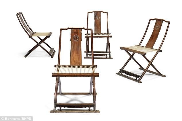 Bộ ghế gấp gồm 4 chiếc ghế này được làm bằng gỗ sưa - 1 loại gỗ siêu quý hiếm và đắt đỏ. Đây là 1 kiệt tác nghệ thuật quý hiếm của triều đại nhà Minh (Trung Quốc).