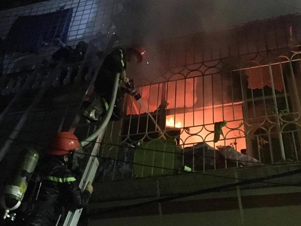 Toàn bộ mặt tiền các tầng trên của ngôi nhà được hàn khung lồng thép kiên cố khiến công tác cứu hỏa gặp khó khăn.