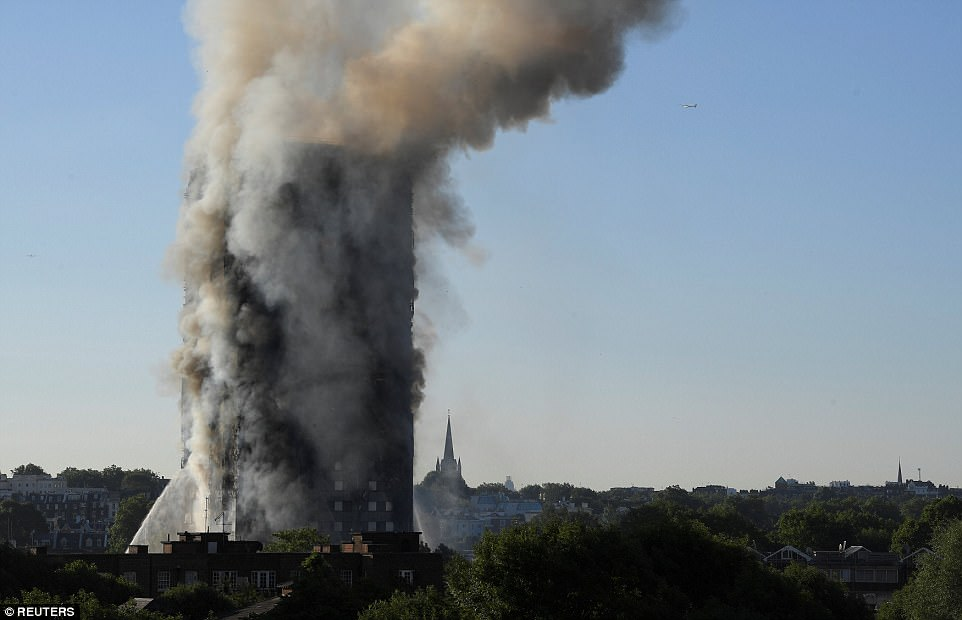 Mảnh vụn rơi khỏi tòa nhà sau vụ cháy. Một số nhân chứng cho biết nhiều người nhảy thoát thân từ cửa sổ sau khi phát hiện ngọn lửa bốc lên. Ảnh: Reuters