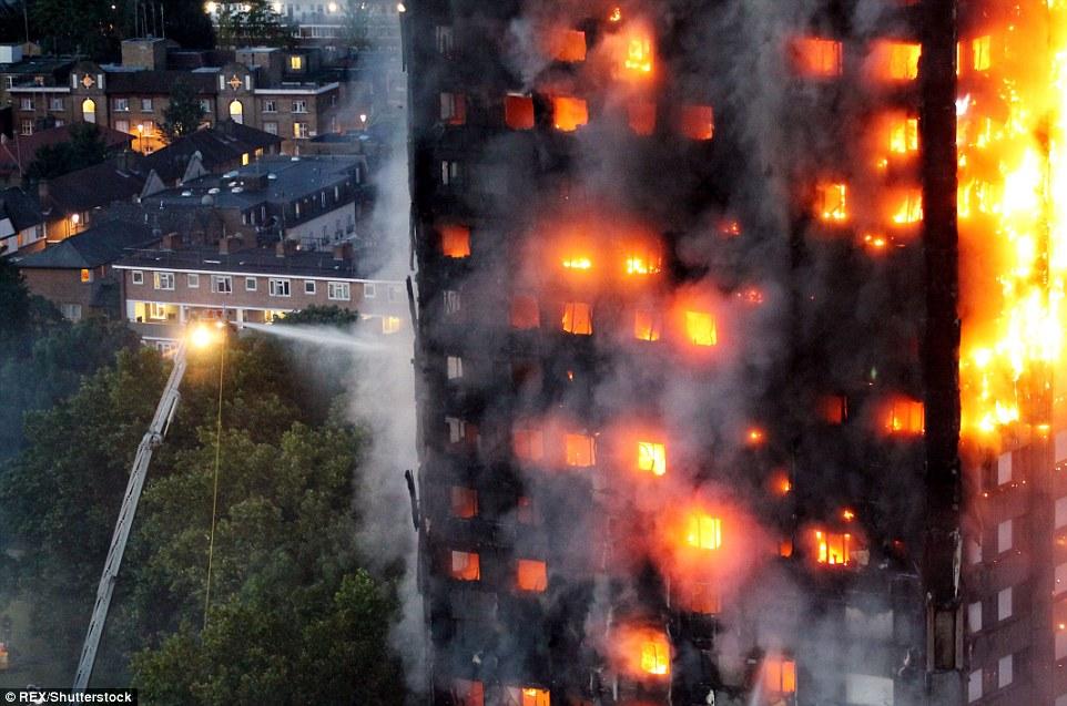 """Vụ hỏa hoạn nghiêm trọng tới mức toàn bộ tòa tháp đang """"lảo đảo"""", có thể sập xuống bất cứ lúc nào. Công trình này đang có dấu hiệu nghiêng về phía bị ngọn lửa thiêu rụi. Ảnh: REX"""