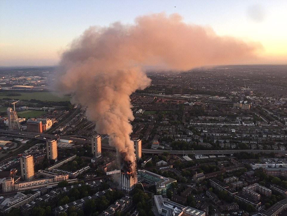 Bùng phát lúc nửa đêm nhưng qua hơn 5 giờ, lực lượng cứu hỏa London vẫn chưa khống chế được ngọn lửa dù đã huy động toàn bộ lực lượng. Khói từ vụ cháy có thể quan sát được từ rất xa. Ảnh: Daily Mail