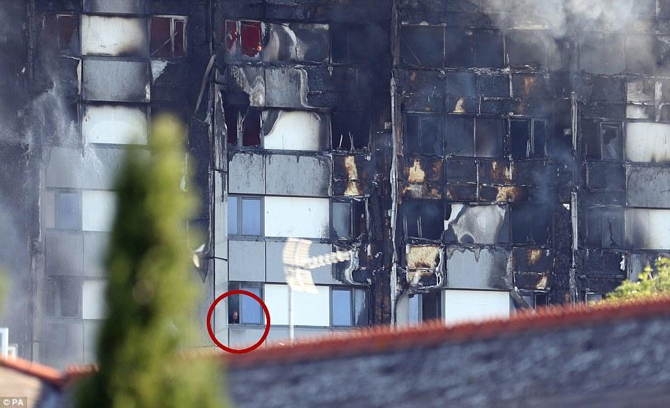 Hình ảnh nạn nhân mắc kẹt giữa tòa nhà đang cháy dở gây xúc động mạnh mẽ. Hiện tại, lực lượng cứu hộ vẫn đang tìm cách tiếp cận nạn nhân. Nhiều vụ mất tích cũng đã được báo cáo bởi những người chạy thoát khỏi đám cháy lúc nửa đêm. Ảnh: PA