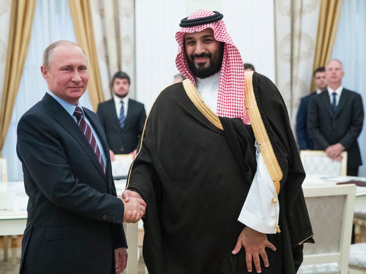 Sau khi tốt nghiệp chuyên ngành luật của Đại học King Saud, Salman làm cố vấn cho cha và đảm trách nhiều cương vị chính thức trong bộ máy. Trong vai trò Bộ trưởng Quốc phòng, Hoàng tử Salman từng có chuyến công du tới Nga và gặp Tổng thống Vladimir Putin cuối tháng 5 vừa qua. Ảnh: NY Times