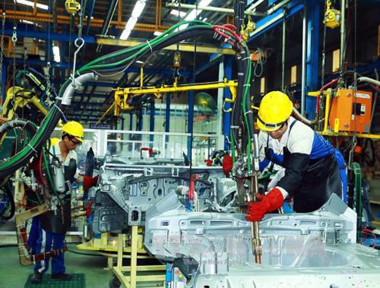 Công nhân lắp ráp ô tô tại Nhà máy ô tô Hyundai Thành Công Việt Nam. Ảnh: Thống Nhất/TTXVN
