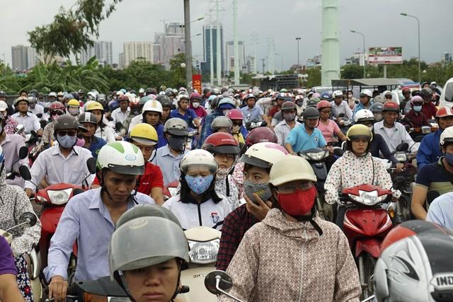 Tắc đường trục Lê Văn Lương kéo dài trở thành nỗi ám ảnh mỗi giờ cao điểm. (Ảnh Internet).