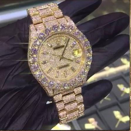 Chiếc đồng hồ đeo tay đính hàng ngàn viên kim cương với giá trị 100.000USD.