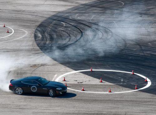 Một phần bài học kỹ năng lái siêu xe tại học viện Performance Driving của Jaguar.
