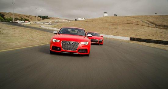 Các học viên được trải nghiệm lái siêu xe trên những đường đua thực sự.