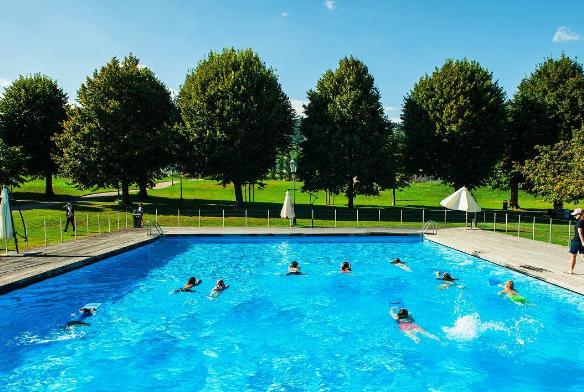 Khung cảnh bể bơi giống như một khu nghỉ dưỡng dành cho học sinh.
