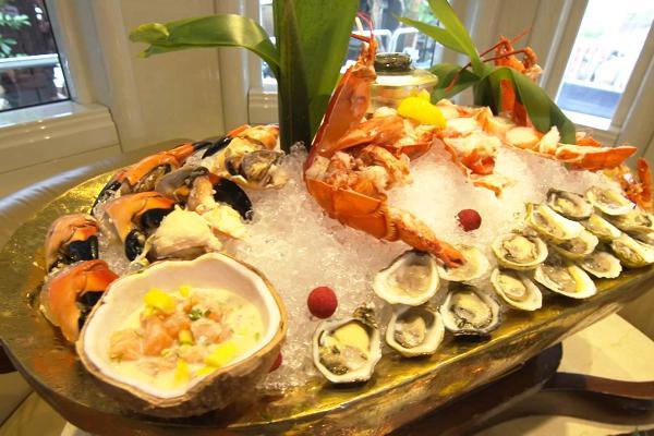 Nếu bạn tận hưởng kỳ nghỉ trên du thuyền VIP xinh đẹp Carolyn Aronson với chiều dài 50m trên sông Miami, Ohio, Mỹ, bữa trưa ở đây sẽ khiến bạn kinh ngạc. Thực đơn bao gồm những món ăn đặc sản của vùng Miami như tôm hùm, hàu, cá hồng và trứng cá muối cũng như rượu sâm-panh Dom Perignon nổi tiếng. Giá cho bữa trưa tại du thuyền xinh đẹp này lên tới hơn 10.000USD.