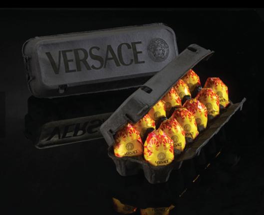 Trứng phục sinh với logo quen thuộc của Versace.