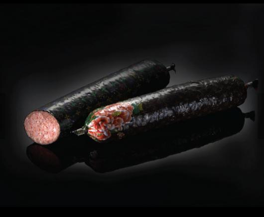 Sản phẩm xúc xích được đóng gói trong bao bì đặc trưng của hãng Louis Vuitton.