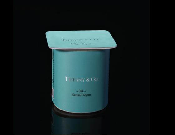 Sữa chua mang thương hiệu Tiffany&Co - một thương hiệu trang sức và trang trí nội thất nổi tiếng của Mỹ với màu xanh đặc trưng.