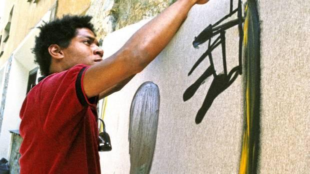 Jean-Michel Basquiat đang vẽ tranh ở St. Moritz, Switzerland, năm 1983.
