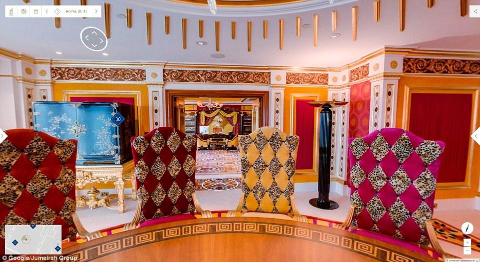 Phòng ăn được thiết kế theo phong cách hoàng tộc với những chiếc ghế bọc da báo.