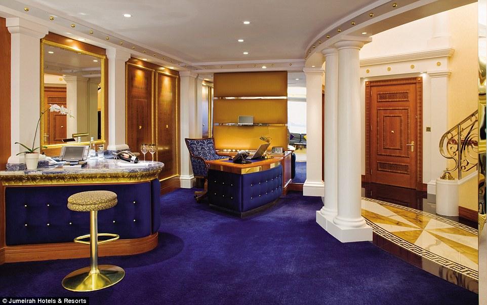 Mỗi phòng nghỉ đều được trang bị máy tính mạ vàng, phục vụ theo nhu cầu của khách hàng.