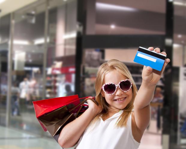 Nhiều người tiêu tiền nhiều hơn mức thu nhập thực tế. Họ mua sắm nhiều, đi du lịch sang trọng, nhưng lại không có tiền tiết kiệm.