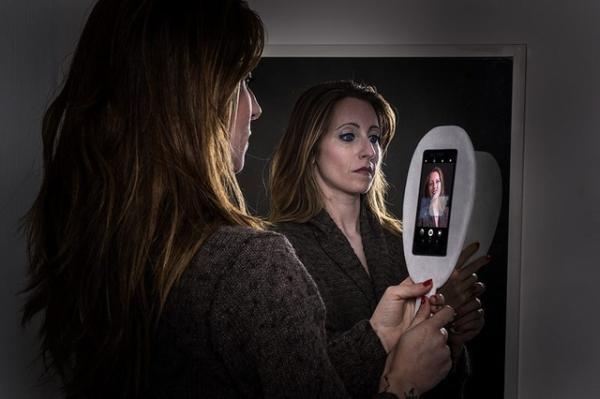 Thời hiện đại, người ta ít dùng gương mà thường tự soi mình qua những chiếc điện thoại thông minh với hàng tá các ứng dụng chỉnh sửa ảnh.