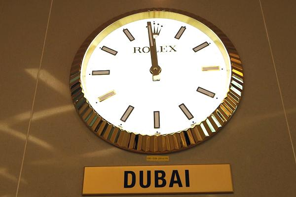 Đồng hồ treo tường hiển thị thời gian của các múi giờ đều mang thương hiệu Rolex.