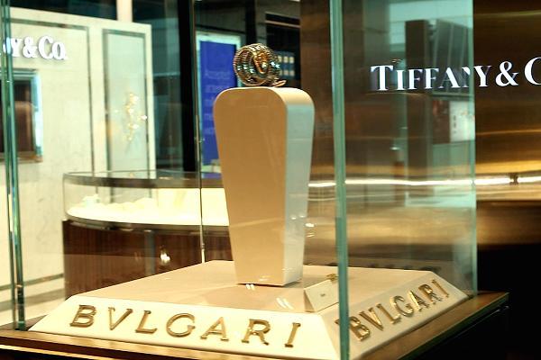 Các vị khách giàu có có thể mua sắm các món đồ trang sức xa xỉ của hãng Bvlgari hay Tiffany & Co.
