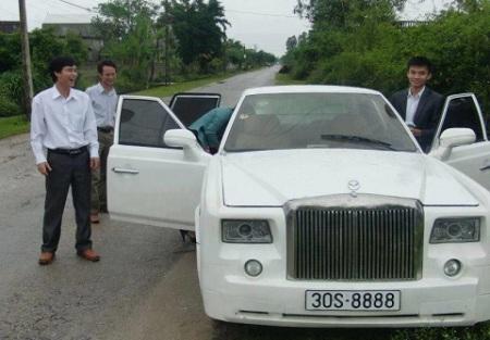 Năm 2011, một nhóm bạn trẻ ở Thanh Hóa đã cho ra lò chiếc xe Rolls-Royce nhái từ nguyên bản Nissan Sentra đời 2002.