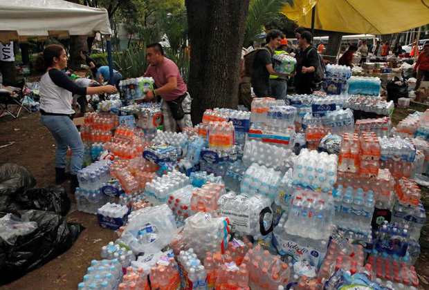 Các tổ chức từ thiện, tiếp tế nước cho các nạn nhân động đất.