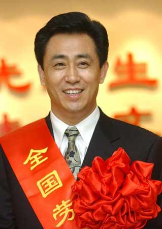 Từ trẻ mồ côi thành người giàu nhất Trung Quốc - Ảnh 1.