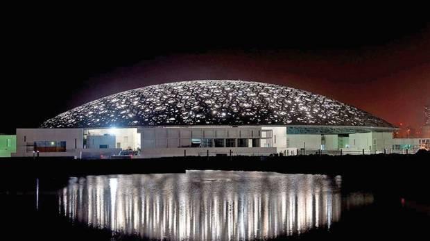 Bảo tàng Louvre Abu Dhabi phát sáng trong đêm.