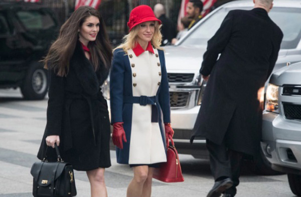 Bên cạnh những bộ váy nữ tính, thanh lịch, Hicks cũng xuất hiện với sự quyến rũ, sang trọng với bộ đồ tối màu bên cạnh Kellyanne Conway, cố vấn cấp cao của Donald Trump.