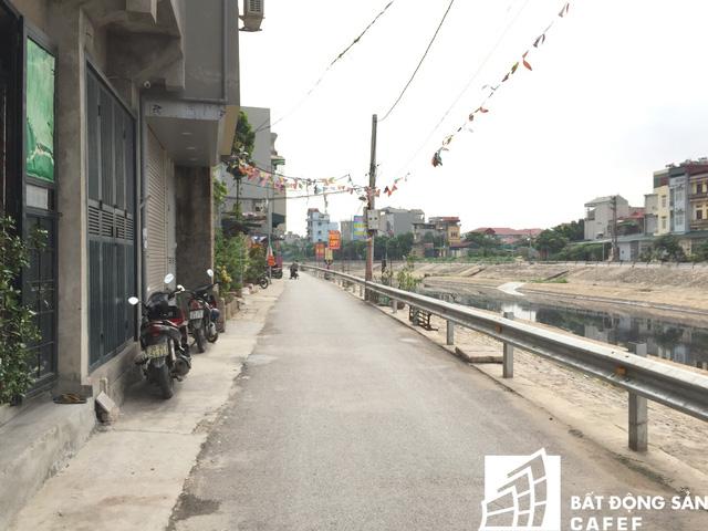 Ven sông Tô Lịch đoạn qua xã Tứ Hiệp, Văn Điển, Thanh Trì trước kia um tùm cây dại đi lại khó khăn thì nay đã được kè lại sạch sẽ.