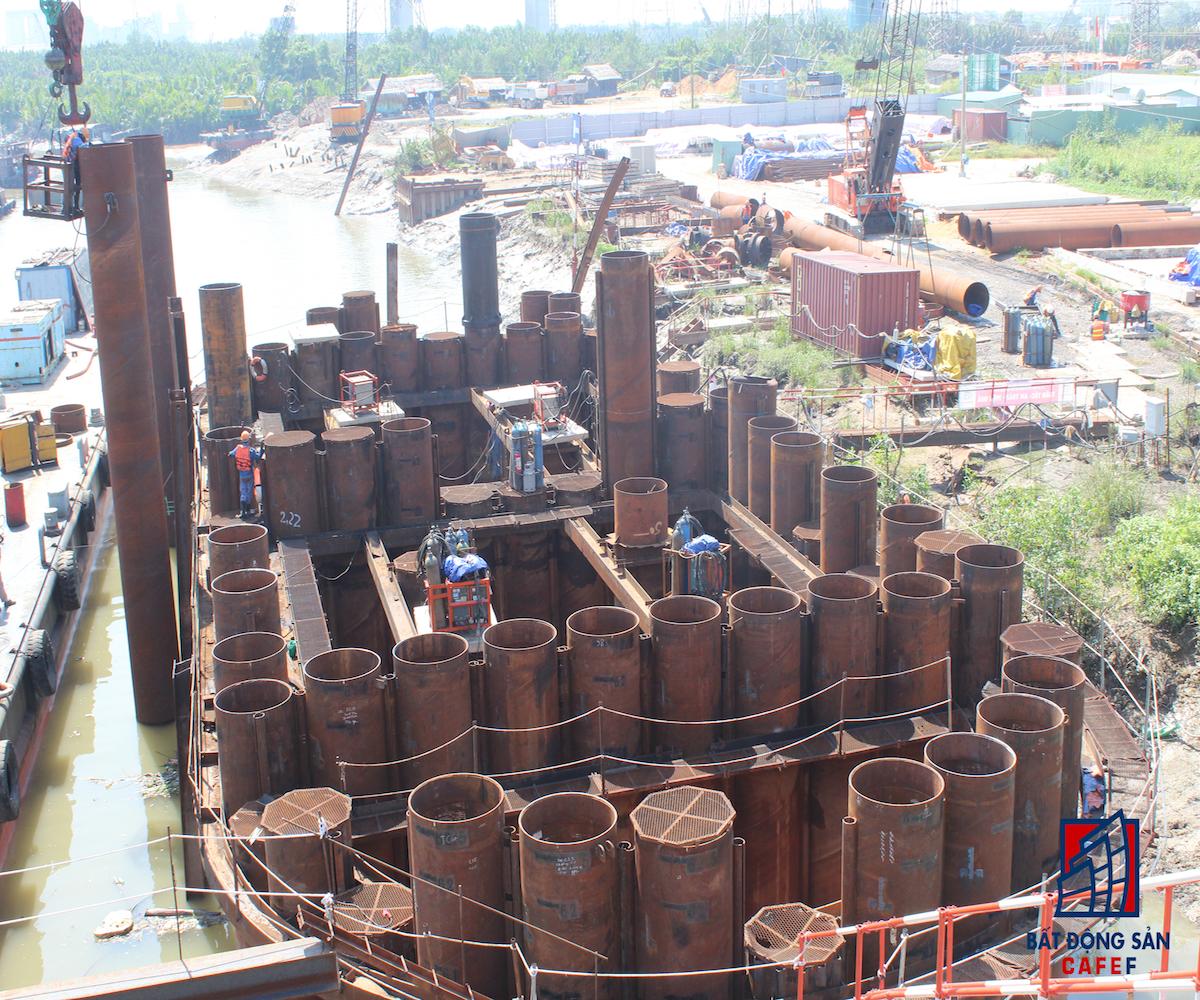 Cận cảnh thi công cổng đập ngăn ngặp tại sông Mương Chuối - hạng mục lớn nhất của toàn bộ dự án.