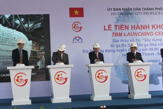 Lãnh đạo TP HCM nhấn nút khởi động robot TBM vào sáng 26-5.