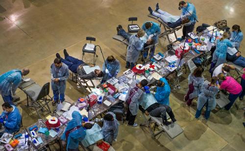 Các nha sĩ tận dụng hội trường để khám chữa răng cho người dân.